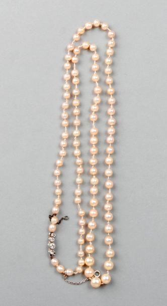 COLLIER de 99 perles présumées fines en chute,...