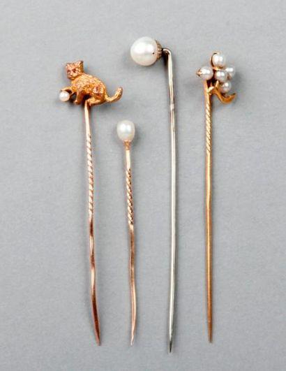 Lot de QUATRE ÉPINGLES en or ornées de perles...