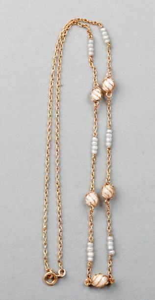 CHAINE de cou en or jaune coupée de perles...
