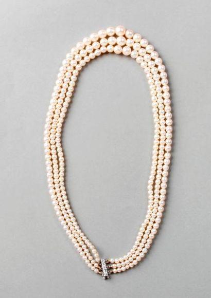COLLIER trois rangs de 101, 96 et 93 perles...