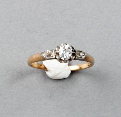 BAGUE ornée d'un brillant entre deux diamants...