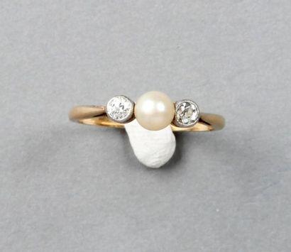 BAGUE ancienne ornée d'une perle entre deux...
