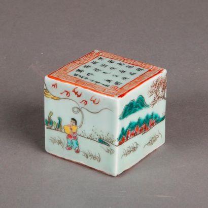 SCEAU en porcelaine de forme cubique, les...