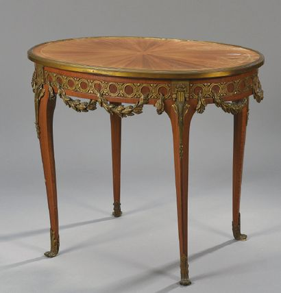 TABLE DE SALON ovale en placage de satiné...