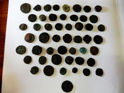 1 LOT de 50 petites pièces en bronze, d'époque...