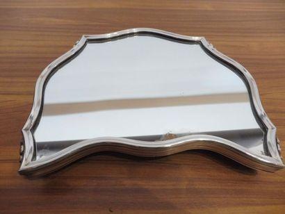 DEUX EXTREMITES d'un milieu de table chacun de forme trapèze contours porté par...
