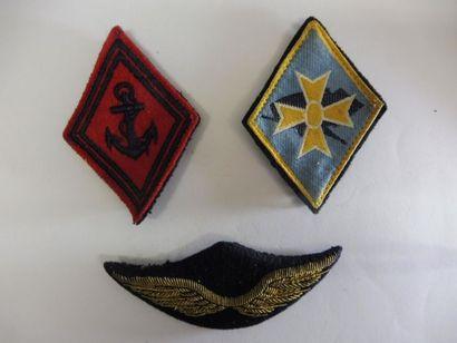 LOT comprenant: 3 insignes, 5 insignes de...