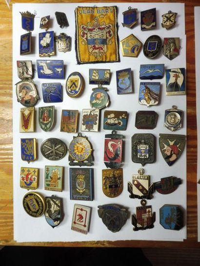 Lot DE 79 insignes de bateaux dénommés, émail,...