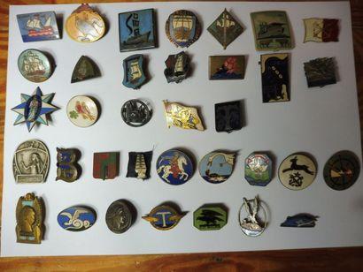 LOT de 89 insignes de bateaux, avion, écoles,...