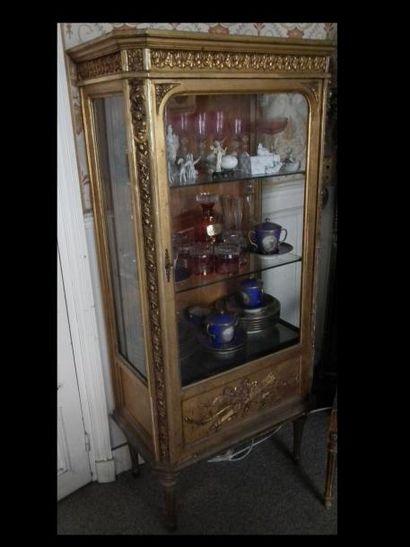 Petite vitrine en bois sculpté et doré, à...