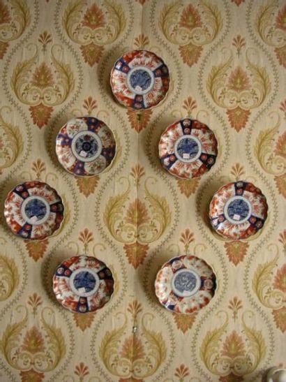 Sept assiettes en porcelaine à décor Imari. Japon,...