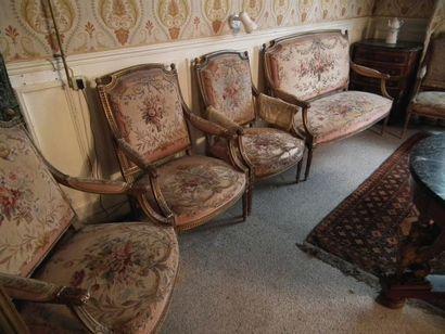 Suite de quatre fauteuils et un canapé en...
