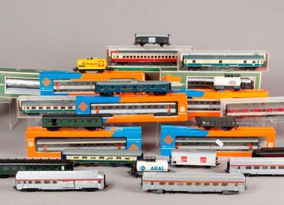 Lot de voitures et wagons divers de marques...