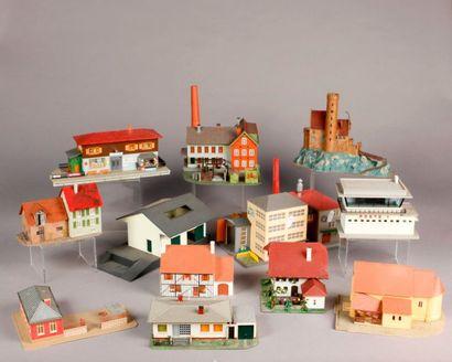 Lot de bâtiments montés venant d'un circuit...