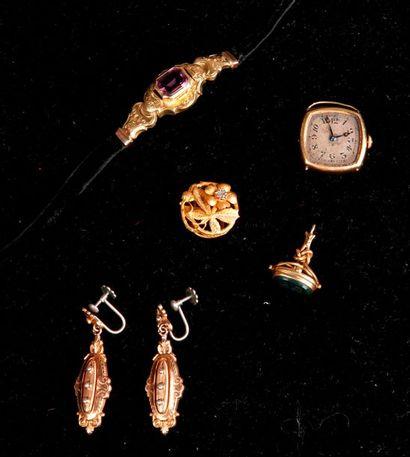 LOT or: Paire de boucles d'oreilles, médaillon à décor floral, pendentif orné d'une...