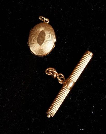 PORTE-MINE avec chaînette en or jaune (manques). Pds brut: 8,5 g Joint: PENDENTIF...