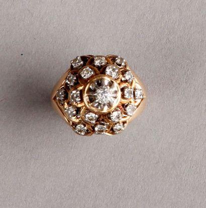 BAGUE ornée d'un brillant au centre d'un dôme pavé de diamants 8/8. Monture en or...