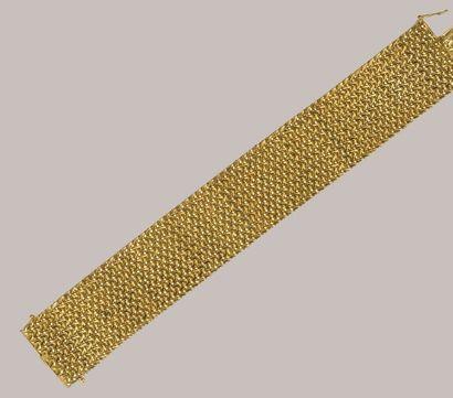 Large BRACELET souple en or jaune 18 carats à mailles entrelacées. Pds: 72 g