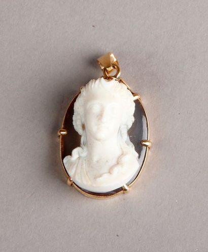 CAMÉE en agate représentant le buste d'une jeune femme, montée en pendentif avec...