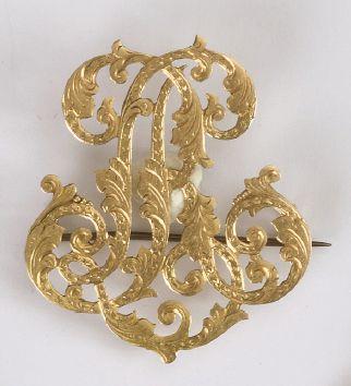 BROCHE chiffrée LR en or (épingle en métal)....