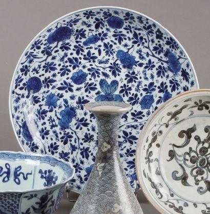 Grand PLAT en porcelaine bleu et blanc, le...