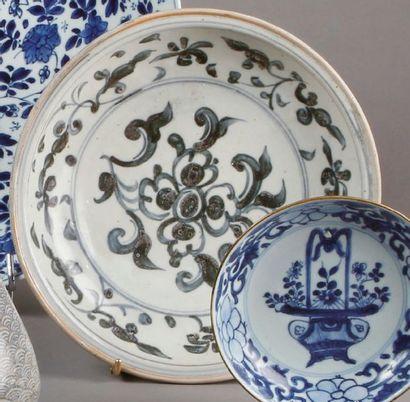 ASSIETTE en porcelaine bleu et blanc à décor...