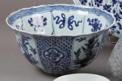 Grand BOL en porcelaine bleu et blanc à bord...