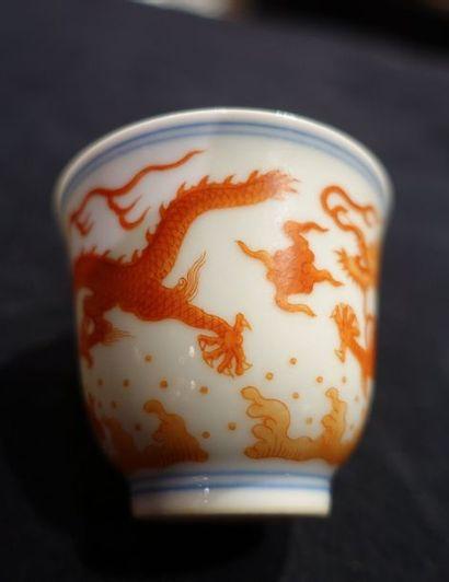 Petite COUPE en porcelaine à décor de dragons de couleur corail sur fond de nuages...