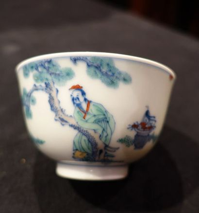 Petit BOL en porcelaine Doucaï à décor de sages avec les symboles de longévité:...