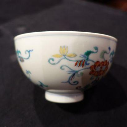 BOL en porcelaine Doucaï à décor de trois branchages de lotus. Chine, XXe siècle,...