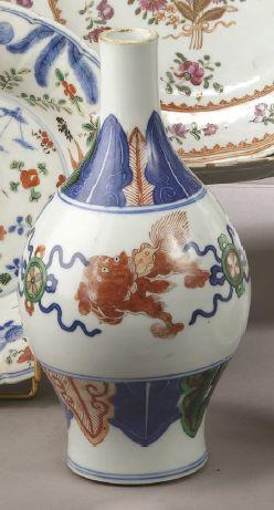CHINE VASE de forme balustre en porcelaine à décor de lions poursuivant des balles...