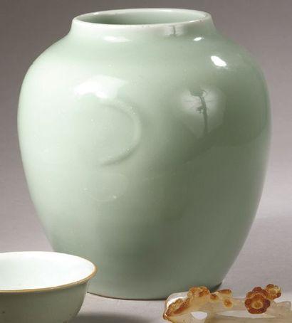 POT en porcelaine céladon à décor de demi-lune...