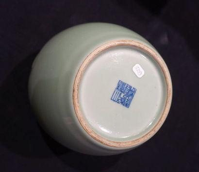 POT en porcelaine céladon à décor de demi-lune en léger relief sur la panse. Chine,...