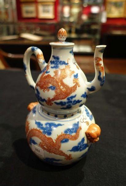 VERSEUSE À ALCOOL en deux parties avec son réchaud en porcelaine à décor de quatre...