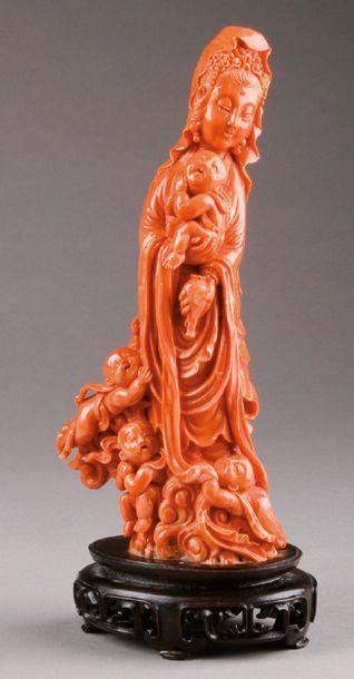 KWAN-YIN en corail rouge sculpté avec cinq...