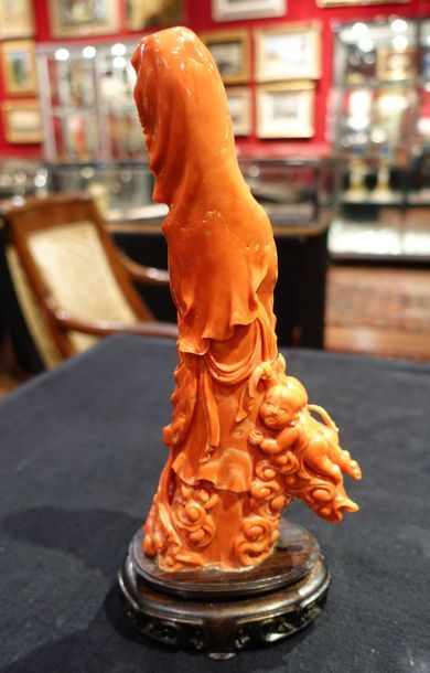 KWAN-YIN en corail rouge sculpté avec cinq enfants dans des nuages. Chine, XXe siècle....