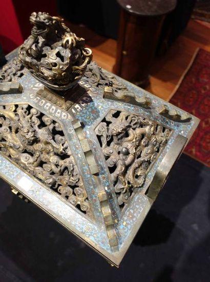 Important BRÛLE-PARFUM de type fangding en émaux cloisonnés sur bronze. Le décor...