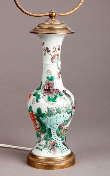 VASE balustre en porcelaine Wucaï à décor...