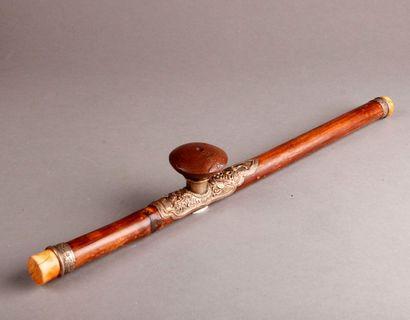 Pipe à opium en bambou, les embouts en ivoire, la plaquette en cuivre repoussé,...