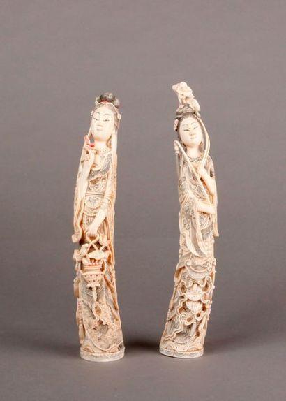 DEUX SUJETS en ivoire formant pendant représentant...