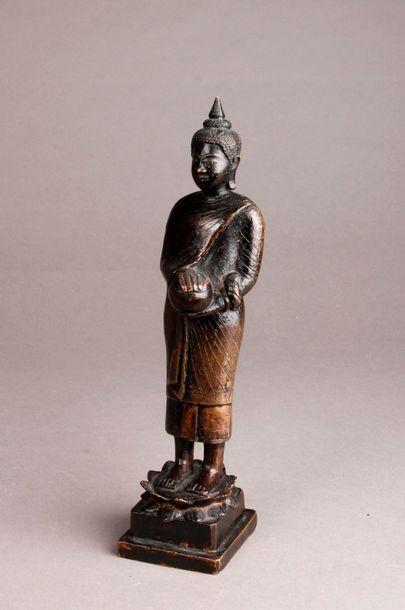 STATUETTE en bronze représentant un Bouddha en bronze sur un lotus. Thaïlande, vers...