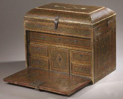 Petit CABINET en bois à décor géométrique peint et doré, avec motifs incrustés d'os,...