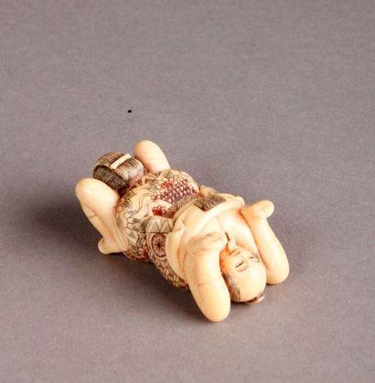 GROUPE en ivoire représentant un couple dans une scène érotique. Japon, début du...