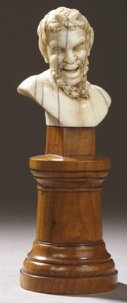 TÊTE DE FAUNE en ivoire sculpté sur un socle...