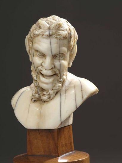 TÊTE DE FAUNE en ivoire sculpté sur un socle colonne en bois clair (moderne). XVIIe-XVIIIe...