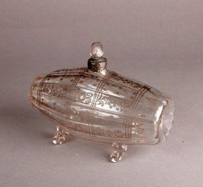 TONNEAU en verre posant sur quatre petits pieds, décor de côtes plates avec rameaux...