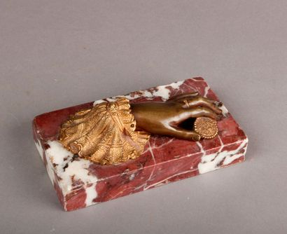 PRESSE-PAPIER en marbre rouge veiné surmonté...
