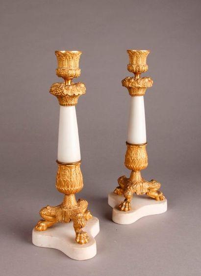 PAIRE DE FLAMBEAUX en bronze doré et marbre...