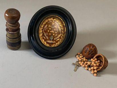 Trois pièces : Un reliquaire sous verre bombé...
