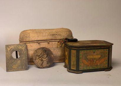 Cinq pièces : Une boite à biscuits en métal...